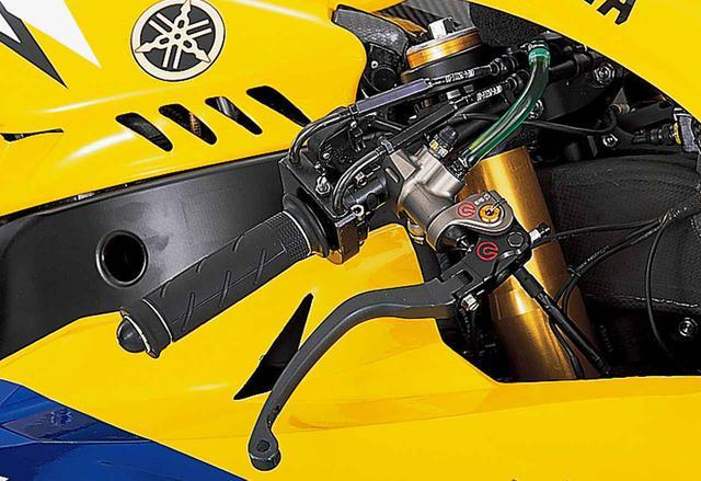 画像: フロントブレーキのマスターシリンダーはブレンボのラジアルポンプ(マークはφ19×18)。撮影時はレバー位置調整用のワイアが外されていたが、本来はメーター下を通って左側グリップ基部に向かう。開け/閉じ各1本のスロットルワイアには、途中にクイックリリース機構(クリップで留めた縦割りの筒の中に、タイコをはめ込む中子がある)を持つ。