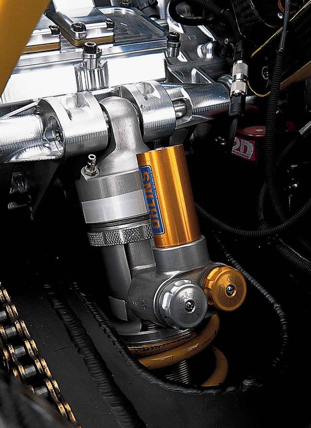 画像: リアショック上部はクランクケース後端上部にマウント。オーリンズの最新式ユニットは、超小型のリザーバータンク/ダイアル式の手動プリロードアジャスター/2種の減衰力調整ダイアルを備えている。