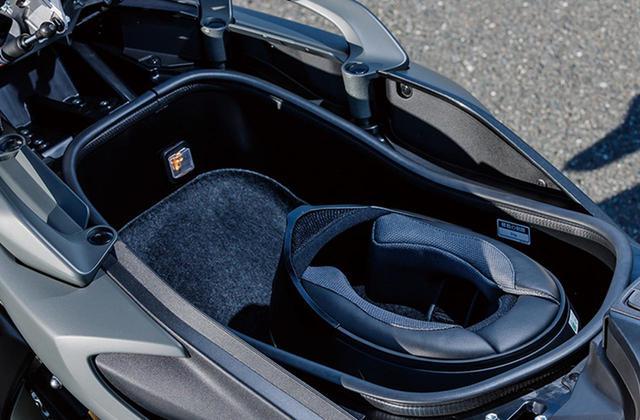 画像: 大容量のシート下トランクも健在。フロントトランクには12VのDCジャックも標準装備。