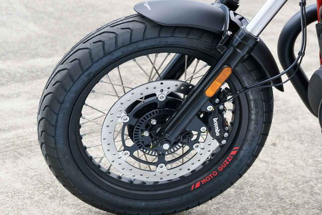 画像: ホイールのリムにも赤いMOTO GUZZIロゴ。ブレーキは前後シングルディスクでABS搭載。