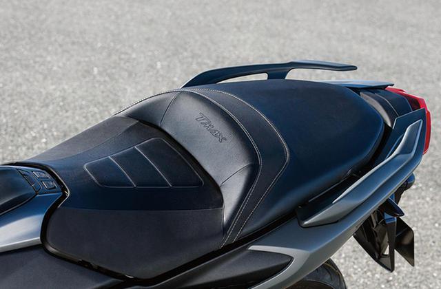 画像: TMAX560 TECH MAX ABSには、グリップウォーマーとともにメインシートヒーターも完備。