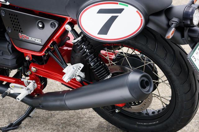 画像: 側面のレーシングナンバープレートにはV7の「7」が。生産国であるイタリア国旗のイメージが縁取られています。 フレームだけでなく、スイングアームも赤色。