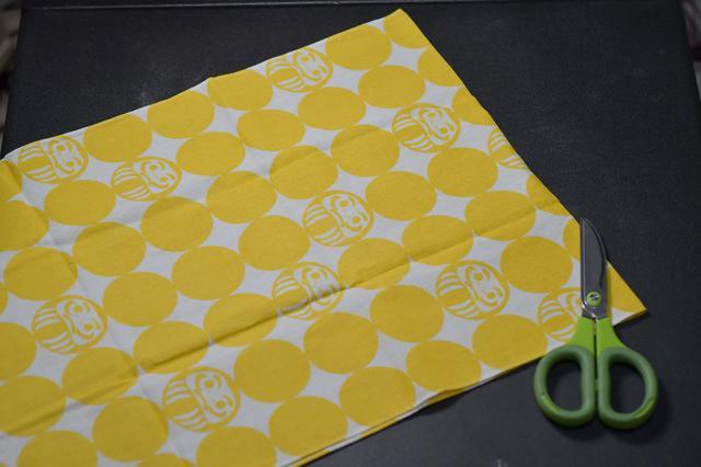 画像: ① まずは半分に切ります。そのまま作ると分厚いんですよね。切るときはハサミで適当で良いです。どうせ折り返しちゃうので。