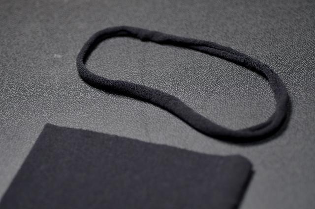 画像: 切ったタイツを引っ張ると丸まります。ヒモ完成。これ、耳が痛くなくて良いですぞ。