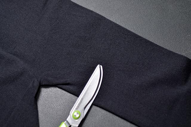 画像: ③ タイツの足部分を適当な幅で切ります。適当で良いです。