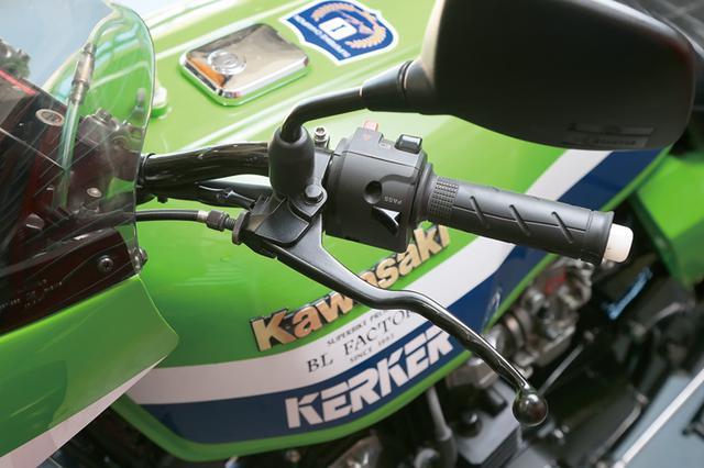 画像: スロットルにブレーキ、クラッチといった操作系。この作動が軽ければバイクの取り回しも軽くなり、すぐ乗りたくなる印象が作れる。車両1台1台で変わるものの、曲げない、邪魔なものがないようにとワイヤにできるだけ負担をかけない取り回しが軽さのポイントになる。