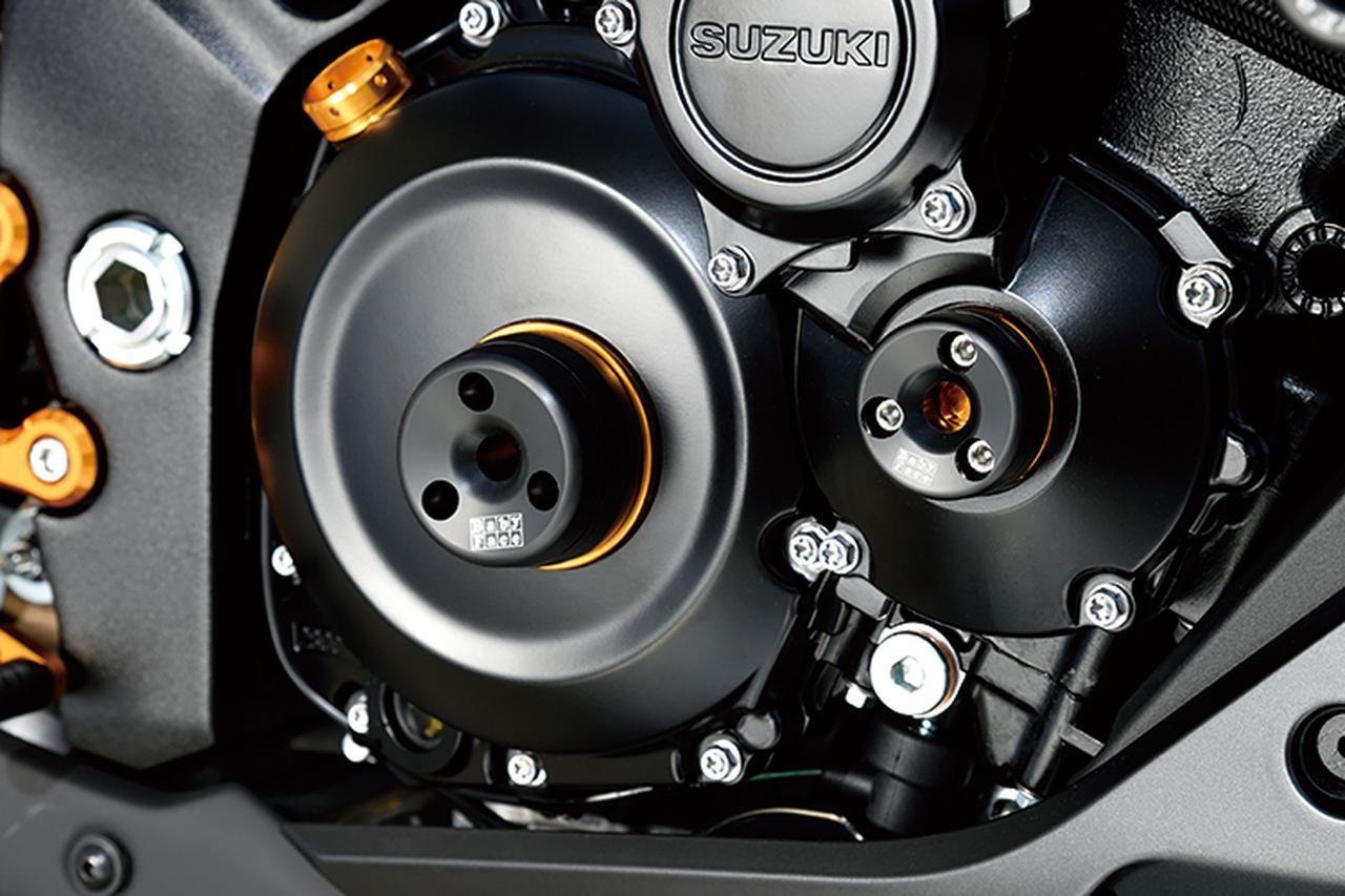 画像: 「SUZUKI KATANA(19-)タイミングホールプラグ」(9800円+税[M36])/(1万1500円+税[M55])は、エンジンカバーに設られたタイミングホールを利用して取り付ける樹脂製スライダーだ。KATANA用は[S]より1cm高い[M]の設定で、写真のように右前にはφ36㎜のM36、同後ろ側にφ55㎜のM55の2点を装着する。
