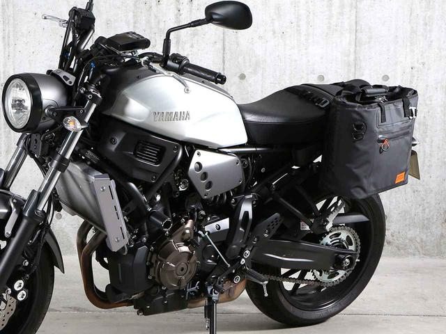 画像: バイクへの脱着も非常に簡単な独自のシステムを採用。