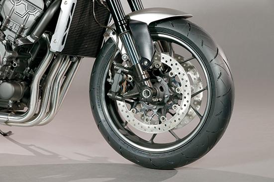 画像: 倒立フォークにラジアルマウントキャリパーというフロントまわりはまさしく現代のもの。タイヤはダンロップのロードスポーツ2。