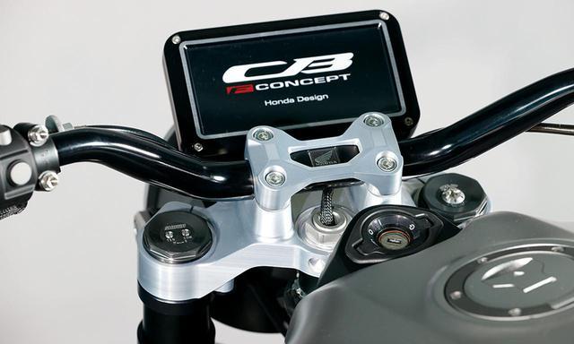 画像: スクエアなTFT液晶モニター。まだプロトタイプの段階なので、画面にはCB-Fコンセプトの車名を表示したままとなっている。