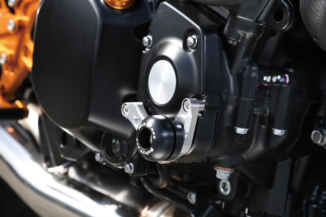 画像: 左右クランクケースカバーの前側にアルミ削り出しベースを共締めし、転倒に対して有効な位置に大きさを抑えたジュラコンスライダーを配した、独自デザインのエンジンスライダー(税別17500円)。前側エンジンマウント部に着くフレームスライダーは、税別11000円。