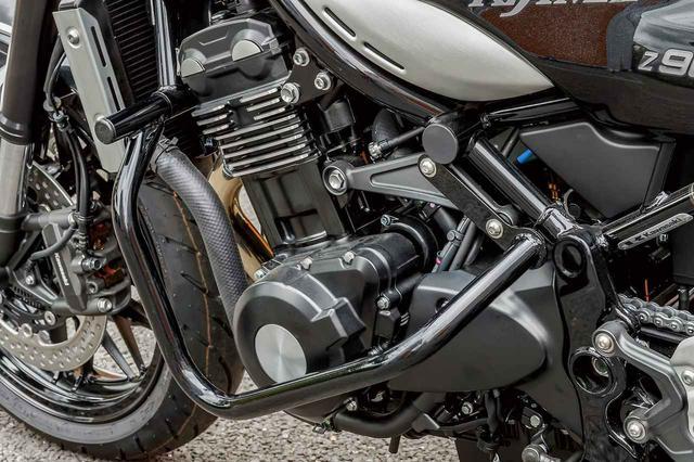 画像: 軽度なアクシデントからエンジンを護りつつ主張を抑えたスチール製エンジンガード(1万9000円)やヘルメットロックなど、気の利いたパーツ群も多く用意されている。