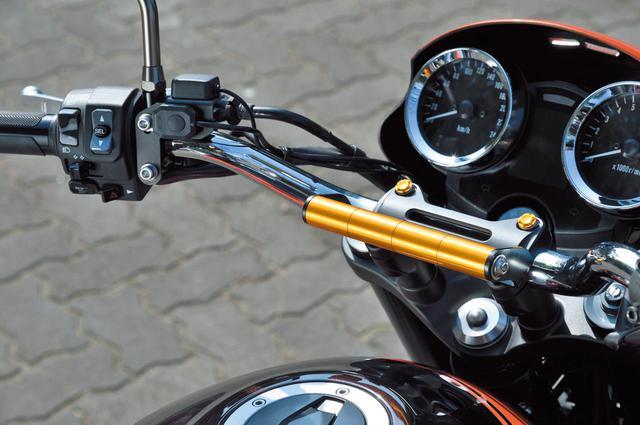 画像: ハンドルクランプと共締めしてガジェットをマウントできる「スマートフォンフォルダーマウントZ900RS」(税別5500~5900円)はスチール製ブラックカチオン塗装仕上げの左右ステーとアルミ削り出しのシャフトで構成。