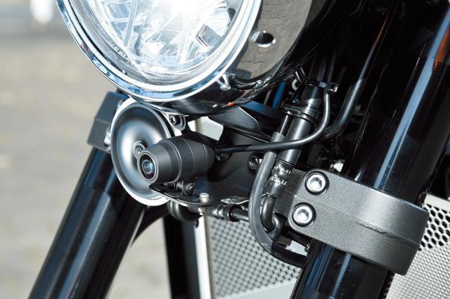 画像: この車両ではミツバサンコーワEDRドライブレコーダーを装備し、そのフロントカメラをヘッドライト下に置く。