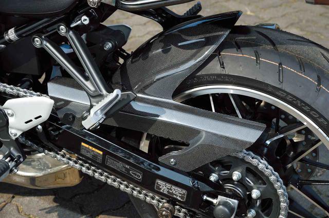 画像: 「カーボンリヤフェンダー Z900RS」(税別3万2000円)はノーマルフェンダーより130mmロングで泥跳ね効果を高める。ウェットカーボン平織り。
