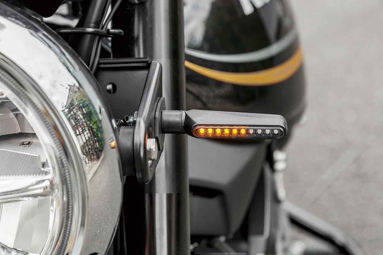 画像: LEDが内から外に向けて流れるように光り、注目度と被視認性を高める「ウインカーランプSET TRタイプ シーケンシャルLED Z900RS」(税別2万8000円、写真は開発中のもの)は前後4個のウインカーユニットとICウインカーリレー、マウントベースと変換ハーネスで構成されているキットだ。
