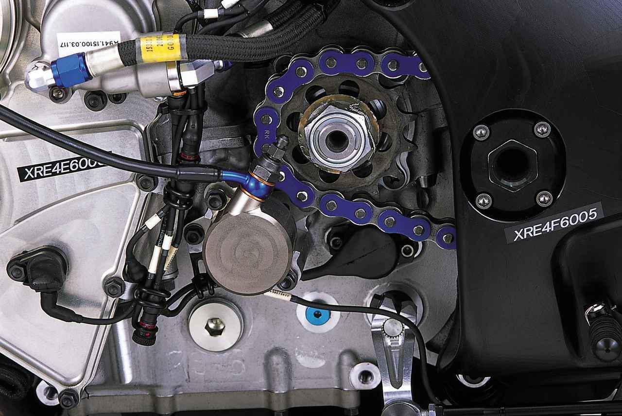 画像: ドライブスプロケット/クラッチレリーズシリンダー/ギアポジションセンサー/シフトシャフトそれぞれの位置関係がよくわかるカットである。2005年型まではクラッチレリーズシリンダーの下部に機械式フューエルポンプがあったが、このモデルでは上部に移設された。