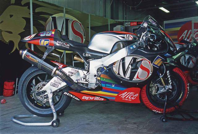 画像: 【MotoGP創成期④】WGPからMotoGPへ「4サイクル990㏄時代の初代GPマシンたち」<APRILIA RS-3 編>-2002年- - webオートバイ