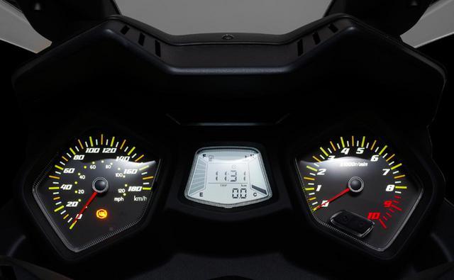 画像: アナログのスピード&タコメーターを左右に配置し、中央にはガソリン残量や時計が表示されるデジタルメーターが備わったコックピット。サイドスタンドの解除忘れや、シートの閉め忘れを知らせる警告灯も表示されます。