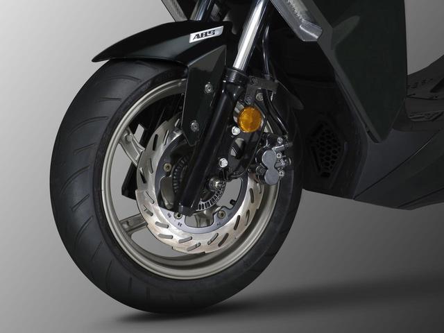 画像: 前後共に油圧式のディスクブレーキを採用し、ABSも標準装備されています。