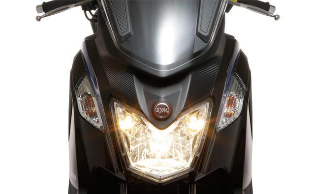 画像: 明るく大きめのヘッドライトを装備したフロントマスク。