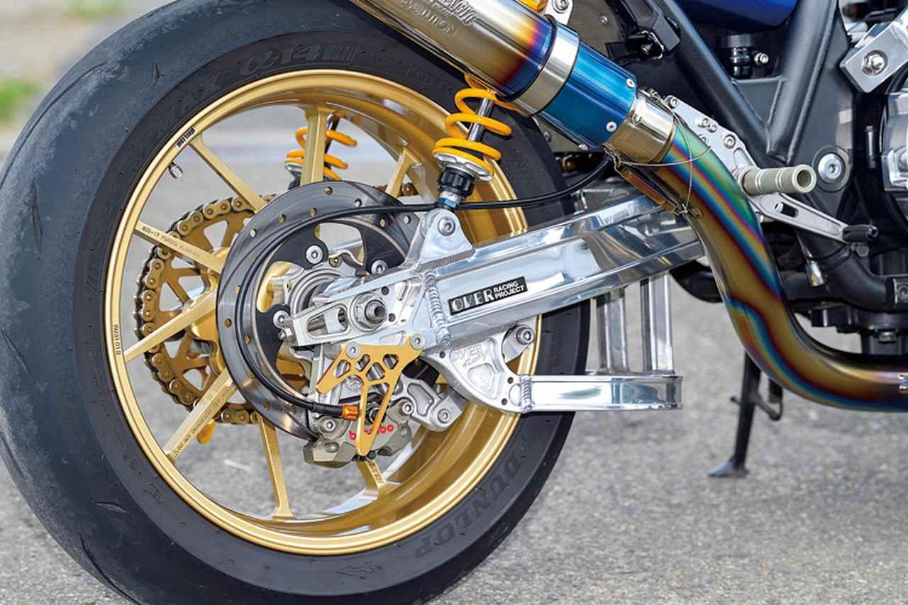 画像: スイングアームはOVERで前後ブレーキはともにブレンボキャリパー+サンスターディスク。リヤキャリパーサポートはウイリー製を装着している。
