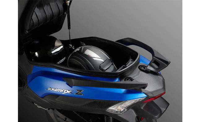 画像: フルフェイスヘルメットが2個収納できる大容量のシート下スペースが嬉しい。