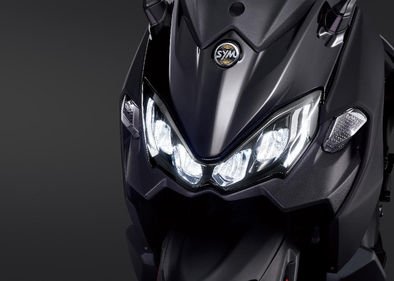 画像: シャープなデザインが印象的なフロントマスクのヘッドライトは4灯のLEDライトを採用しています。