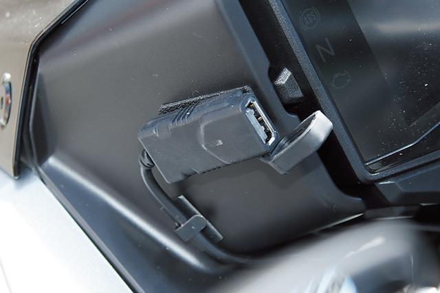 画像: 本体は防水仕様でレインプルーフキャップも付くインジケーター付きUSBシングルポートキット(4000円+税)は、ぜひ装備したい一品だ。 車体側の電圧状態を青/赤のLEDインジケーターで知らせるほか、電圧感知機能付属でバッテリーが11.5V未満になると自動的に充電を停止するという優れモノなのだ。