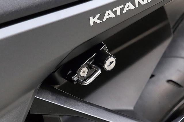 画像: 違和感なく車体に溶け込むヘルメットロック(3400円+税)も同社定番アイテムなのだ。
