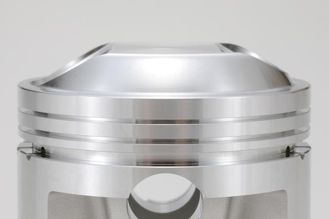 画像: 高圧縮を予感させるピストンヘッド部。高剛性化のためにトップ部裏の肉厚は多めという。もちろんストリート用の3本ピストンリング仕様だ。