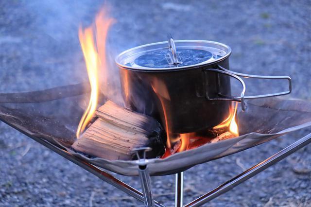 画像: 薪を何本も置けるくらいですから、小ぶりな鍋なら投入できます。しかし油断しているとすぐ傾くので目が離せません。