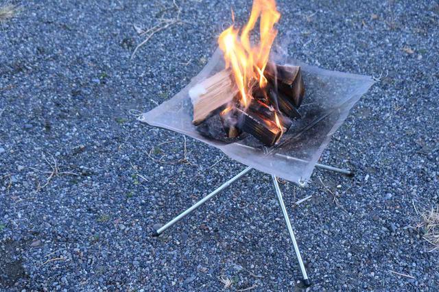 画像: コンパクトな焚き火台では難しい大きめの焚き火を楽しめるというのも魅力。