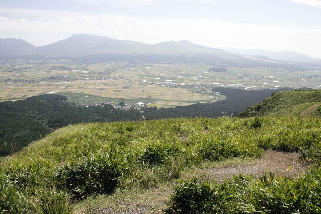 画像: 外輪山の一部である「大観峰」から望む向こうの山も外輪山。