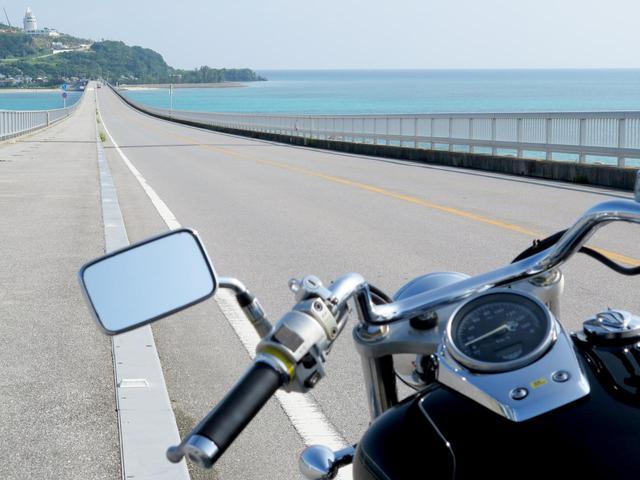 画像: 古宇利島へと延びる、古宇利大橋。