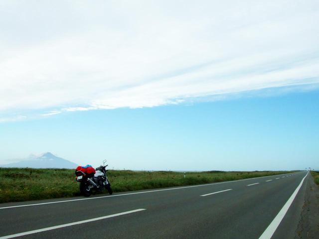 画像: 写真は最北端・宗谷岬へ向かう途中の道道106号。サロベツ原野から利尻富士を望む。