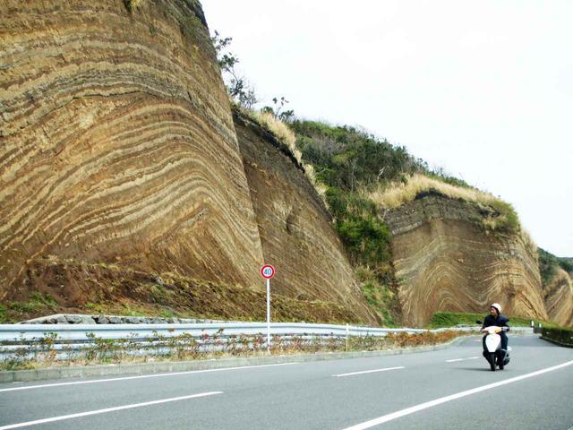 画像: 伊豆大島の地層切断面。
