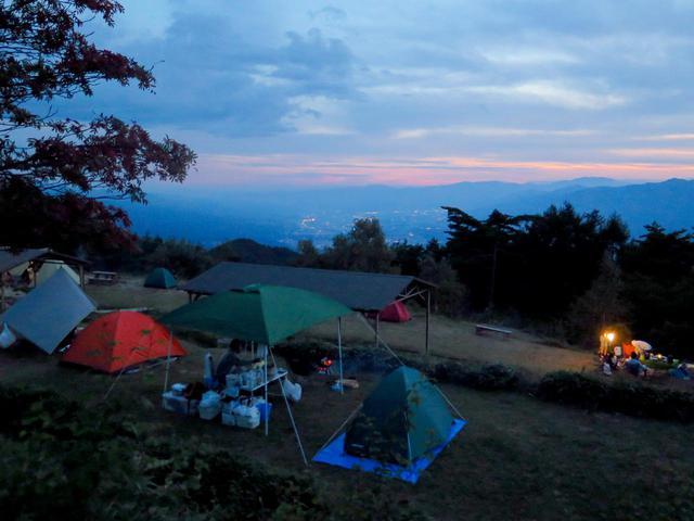 画像: 比較的近くに『ゆるキャン△』でも話題となった無料のキャンプサイト「陣馬形山キャンプ場」もあります。