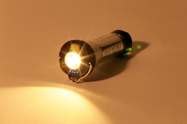 画像: 「ライトハウス マイクロ フラッシュ」はフラッシュ機能(ペンライト機能)も搭載。電池残量インジケーターも備わっていて安心です。