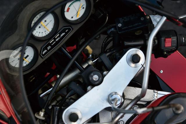 画像: アンダーブラケットに取り付けたステアリングダンパーも限定車専用。