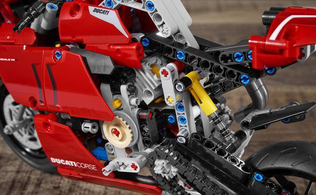 画像1: ドゥカティ「パニガーレV4 R」の〈レゴ〉がメカメカしくてかっこいい! 実物との比較写真をあり!