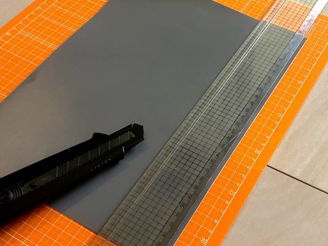 画像: あとは長い辺でひたすら切るだけ。同じとこで切りすぎてマットの線が消えてきた。