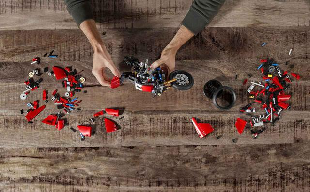 画像3: ドゥカティ「パニガーレV4 R」の〈レゴ〉がメカメカしくてかっこいい! 実物との比較写真をあり!