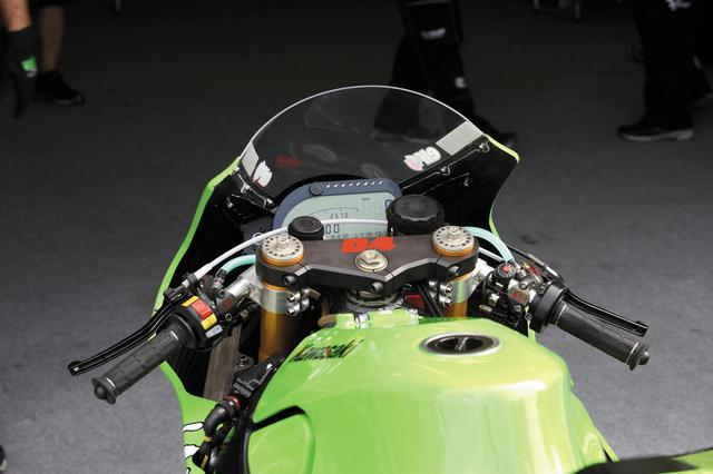 画像: ブレーキ/クラッチマスターシリンダーはブレンボ製、フロントフォーク/リアショックはオーリンズ製、液晶表示のマルチファンクションメーターは2D製という、モトGPにおける最も信頼性の高いブランド品を使用する。フロントフォークよりも後方にはフロントカウルのステー類がなく、すっきりした印象を受ける。メインフレームの前寄り左側面に、フライバイワイア方式のスロットルバルブ制御用とおぼしきECUを収めた大きなブラックボックスがマウントされている。
