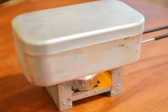 画像: で、着火。この固形燃料、思ったより激しい炎だった。