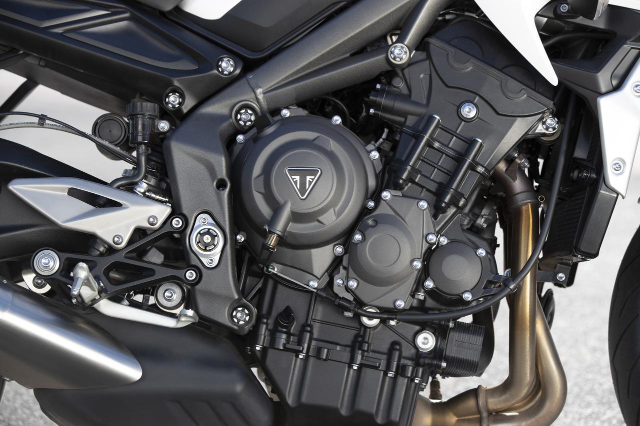 画像: 660cc水冷3気筒エンジンは、70kW (95.2PS) /11,250rpmの最高出力と、66Nm/9,250rpm の最大トルクを発揮する。