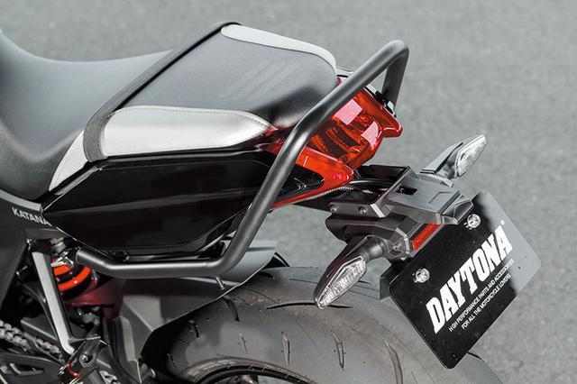 画像: タンデムライダーの姿勢維持はもちろん、荷掛けフック装備でリヤバッグの装着に対応するグラブバー(1万2500円+税)はツーリング派に嬉しいアイテムだ。