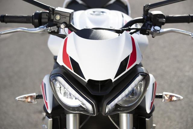 画像: ストリートトリプルRSに合わせた、アグレッシブなスタイリング。ポジションライトを備えた新しいツインLED ヘッドライトを採用。