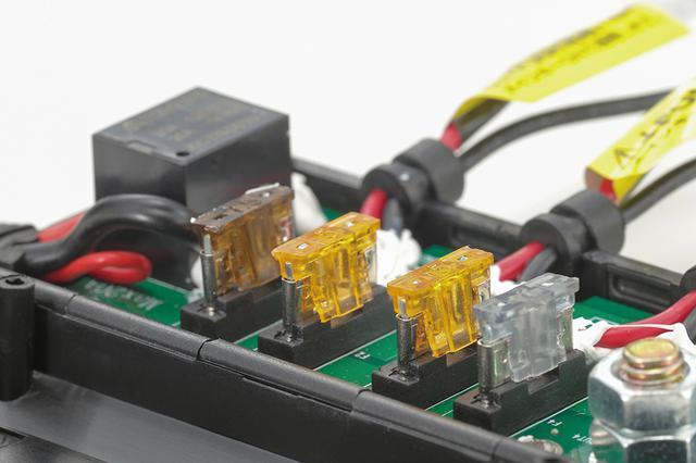 画像: 汎用の低背ブレードヒューズの交換で必要なアンペア数に設定変更もできる。本品は主電源をバッテリーから直接取ることで、純正電装機器への負担を軽減しながら高出力を可能としているという。