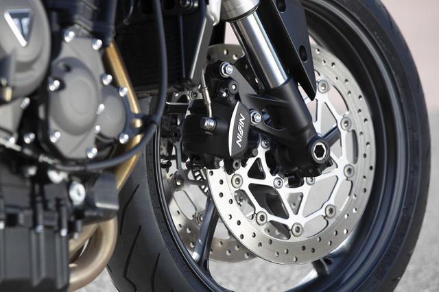 画像: フロントブレーキはニッシン製ダブルディスクブレーキ。サスペンションはショーワ製41mm径倒立フォークを採用。